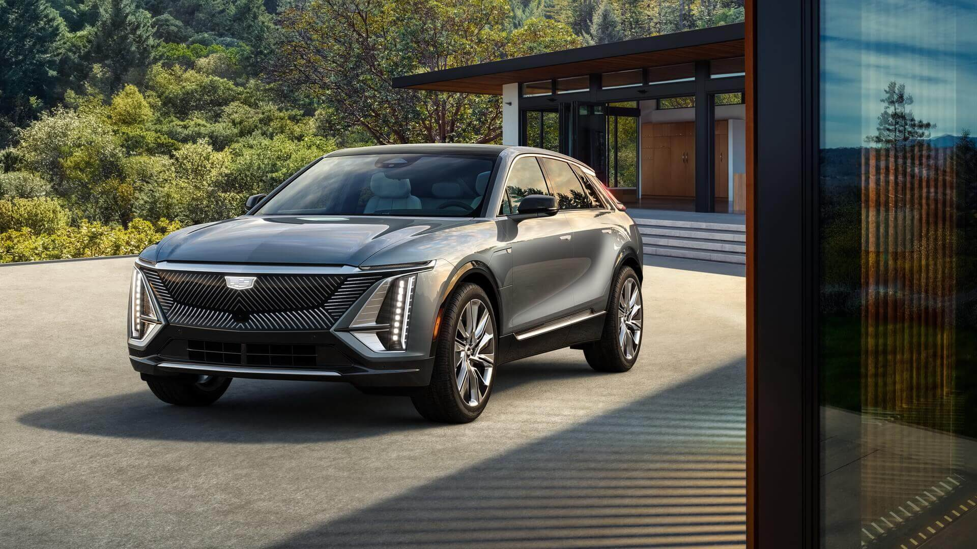 Серийная версия роскошного электрического кроссовера Cadillac LYRIQ