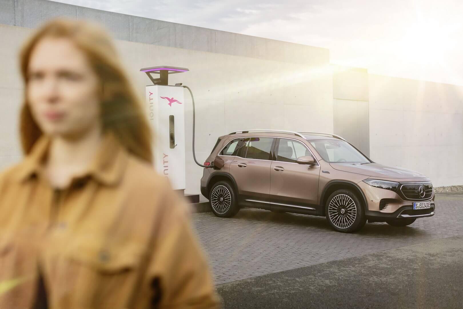 Семиместный полностью электрический внедорожник Mercedes-Benz EQB на зарядке