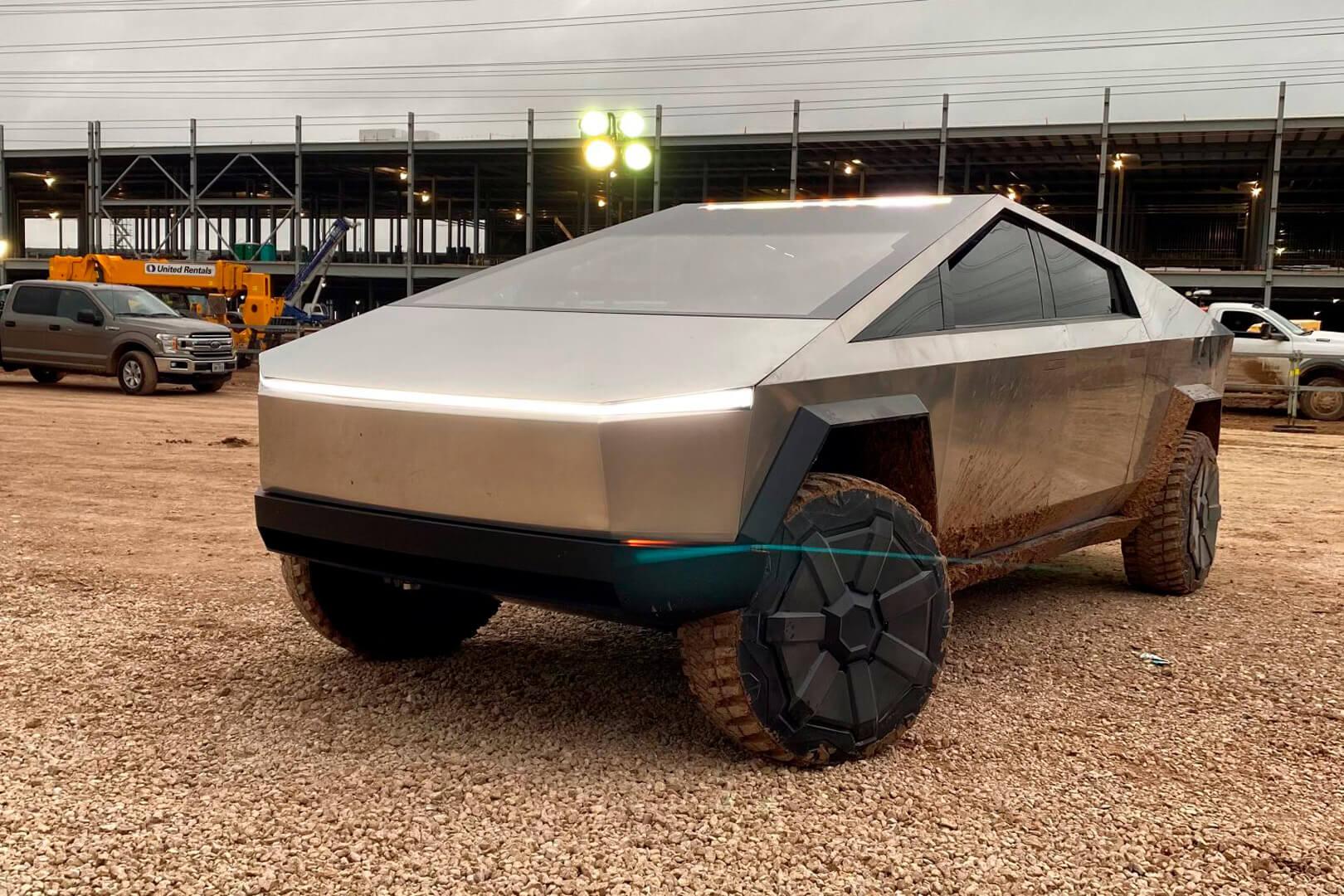 Прототип киберпикапа Tesla приехал в Остин