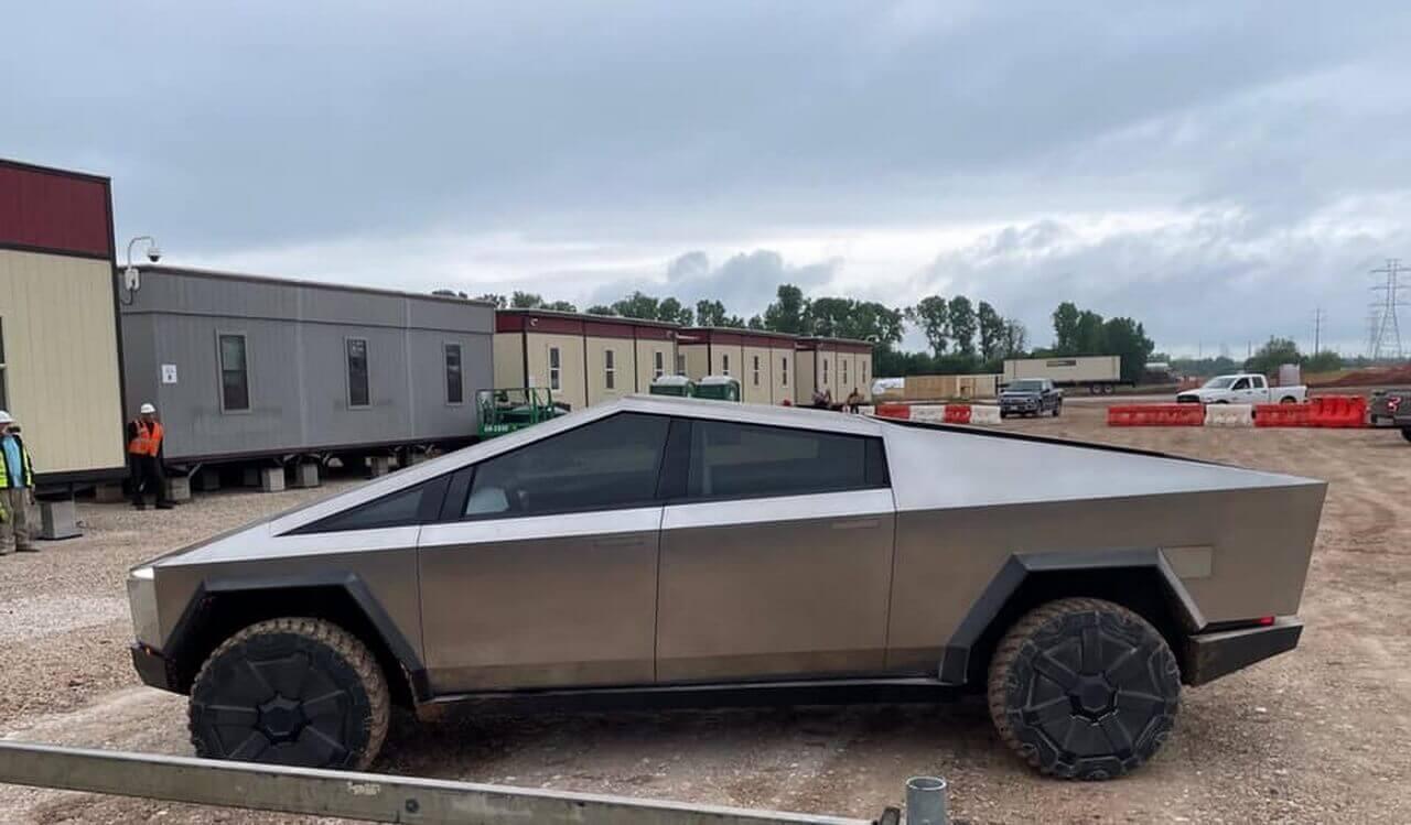 Tesla Cybertruck появился на публике в Остине