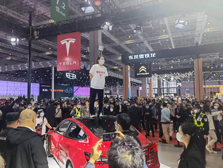 Tesla столкнулась с неприятным инцидентом на Шанхайском автосалоне