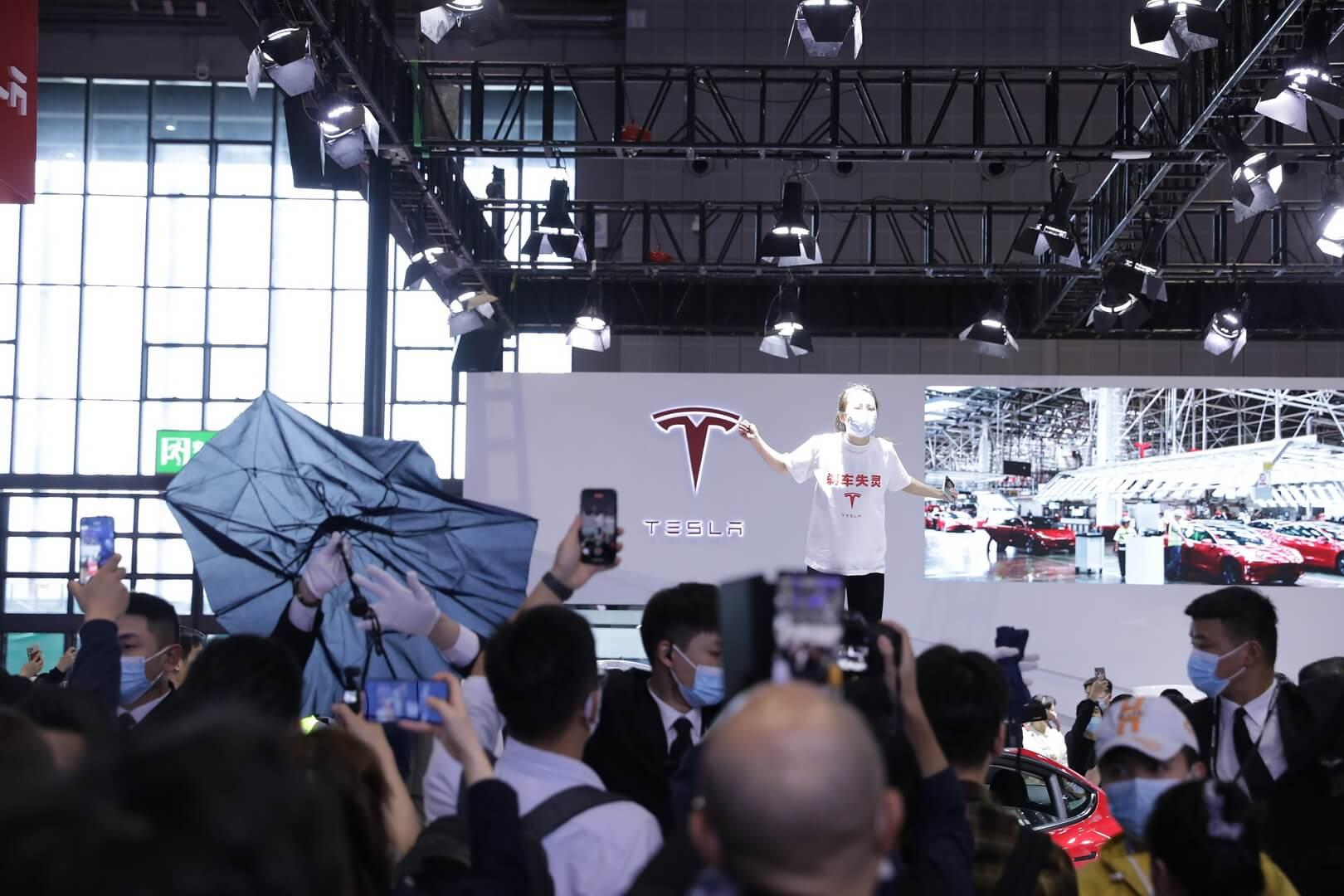 Скандал в Шанхае: владельцы Tesla протестовали из-за качества электрокаров