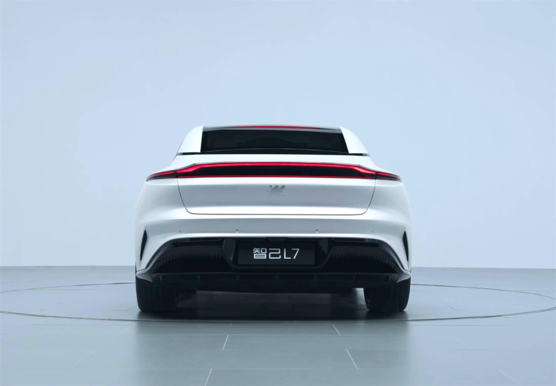 В Китае представлен электромобиль Zhiji L7 с беспроводной зарядкой — 80 км пробега за 1 час