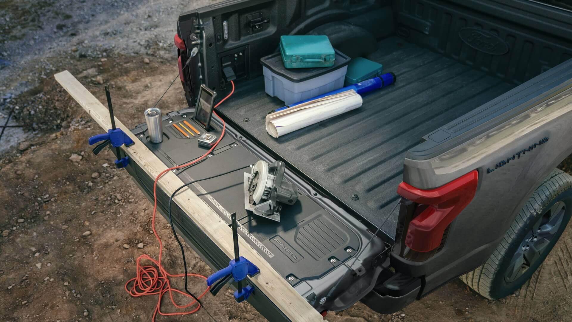 Электрический пикап Ford F-150 Lightning может использоваться питания различных инструментов, электроники ибытовой техники вдали отдома