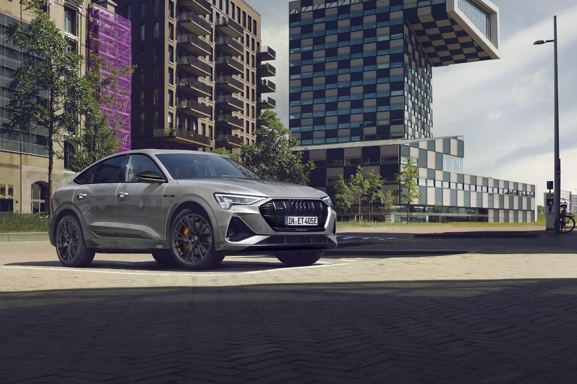 Семейство Audi e-tron получило новое исполнение S line black edition