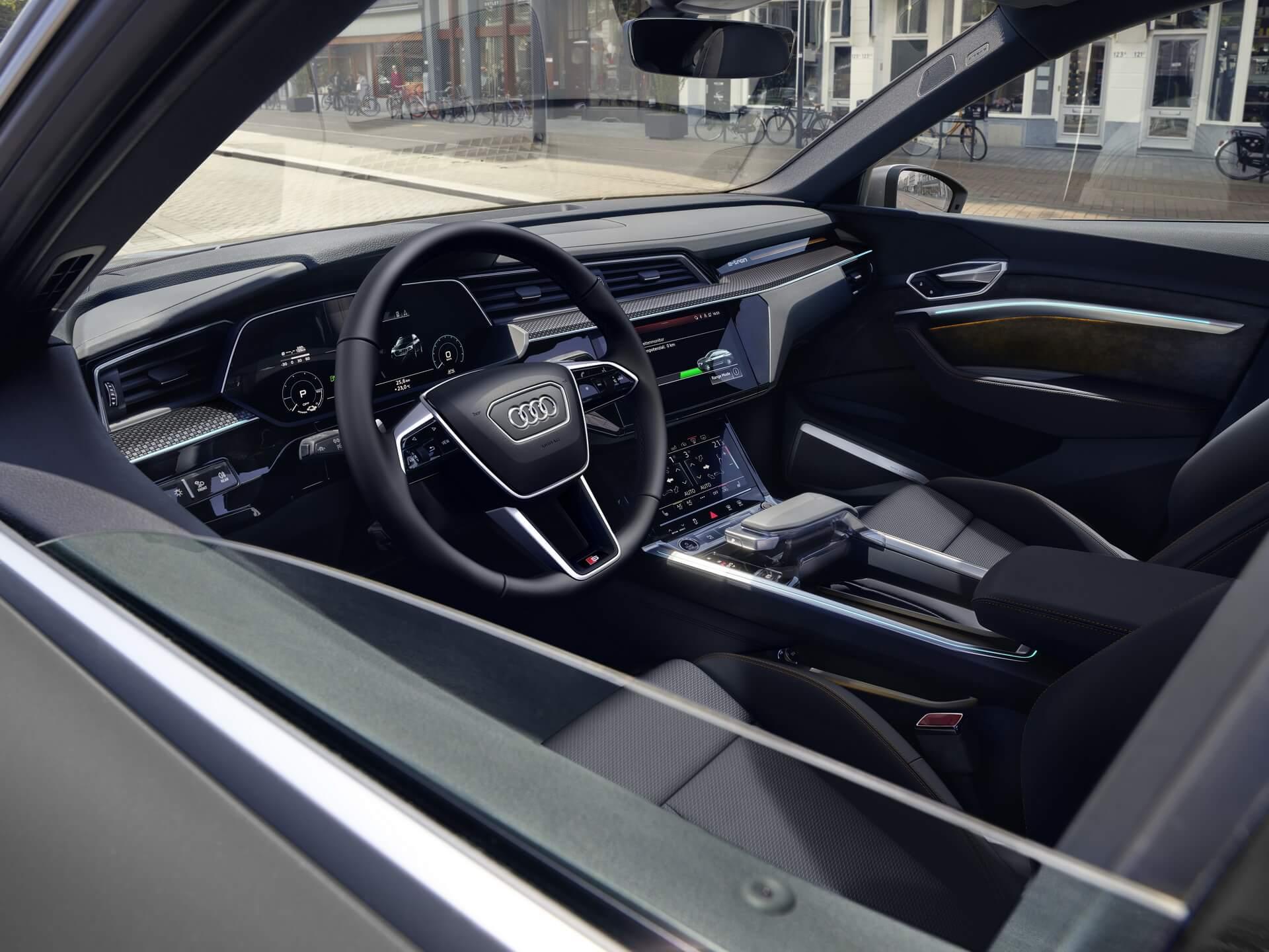 Интерьер Audi e-tron в исполнении S line black edition