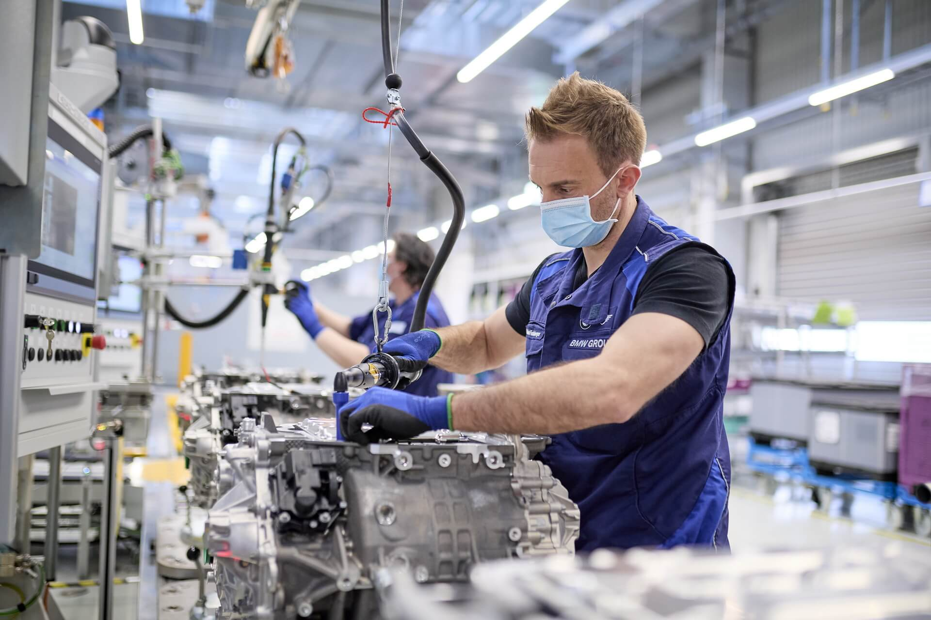 BMW начала производство электроприводов для электрических iX и i4