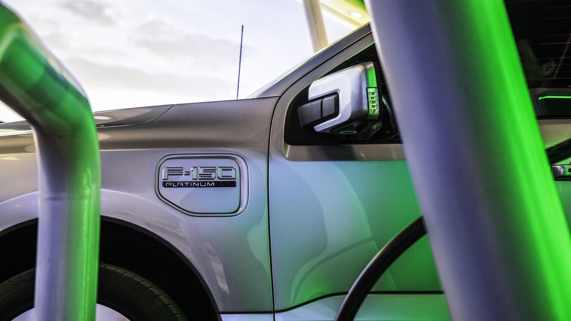 Электрический пикап Ford F-150 Lightnin может комплектоваться бортовым зарядным устройством переменного тона на 32 А, 48 А и 80 А