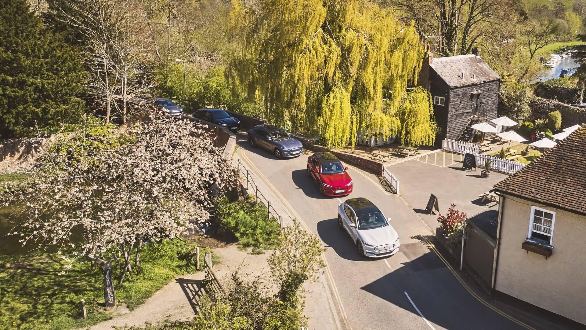 Ford на 3 дня предоставил Mustang Mach-E всем жителям самого маленького городка Великобритании