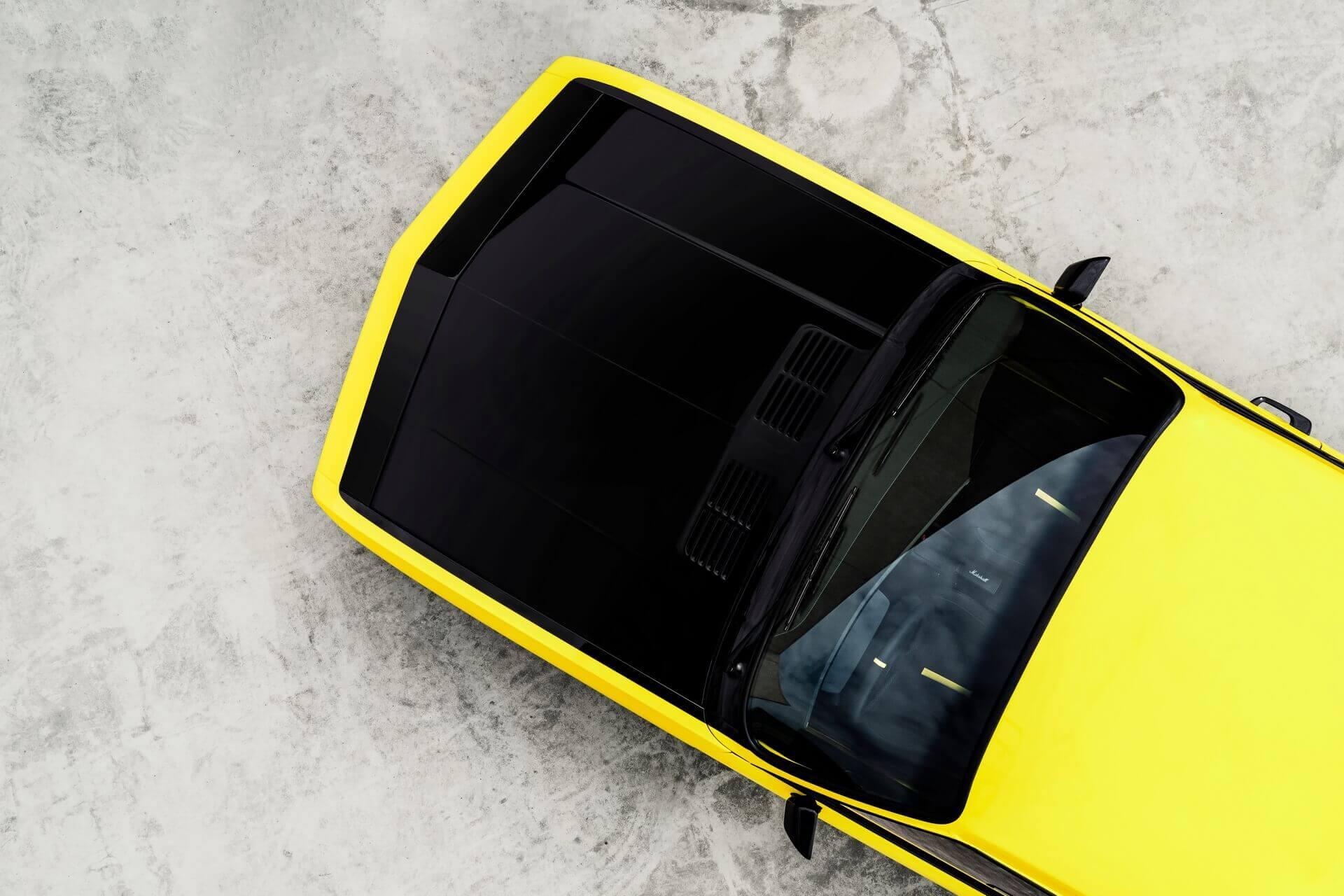 Фирменный черный капот электрического рестомода Opel Manta GSe