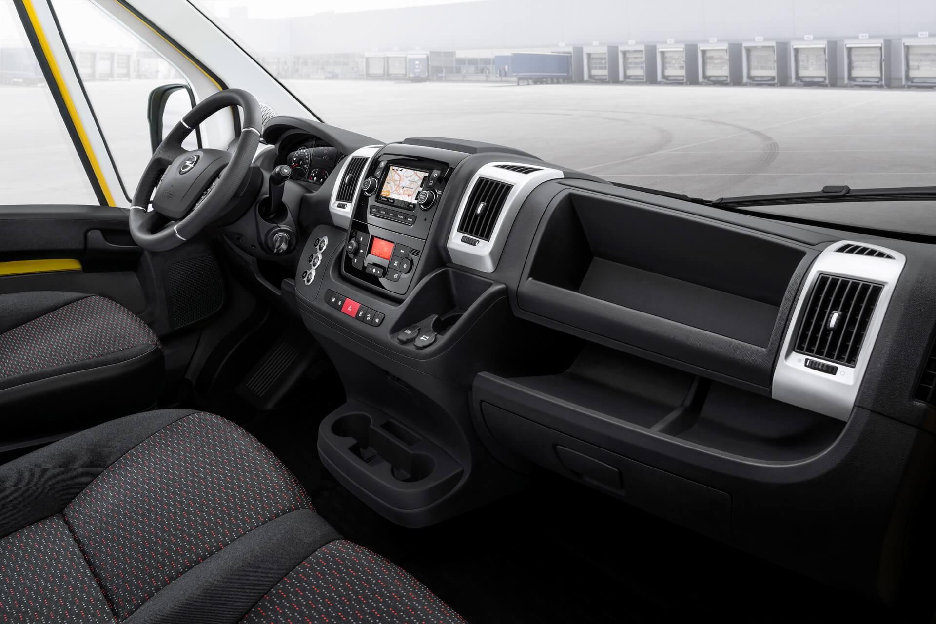 Интерьер электрического фургона Opel Movano-e