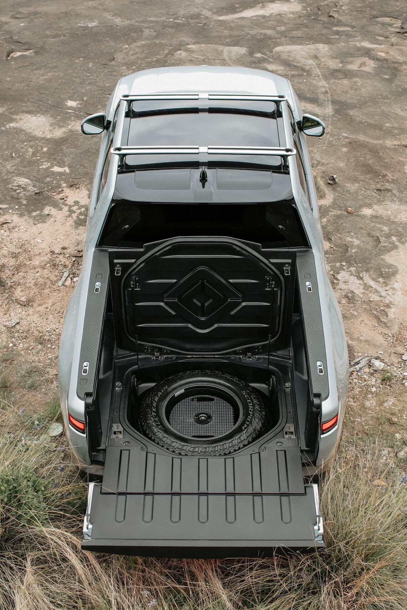 Ниша в полу груового кузова для хранения запасного колеса
