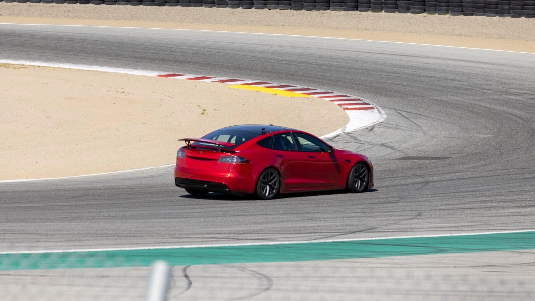 Прототип Tesla Model S Plaid с выдвижным спойлером замечен на гоночной трассе Laguna Seca