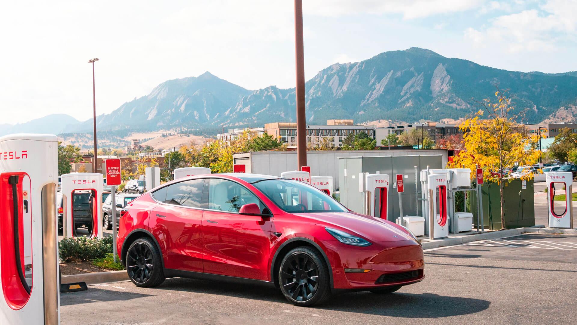 Tesla установила более 25 000 быстрых зарядных устройств Supercharger по всему миру