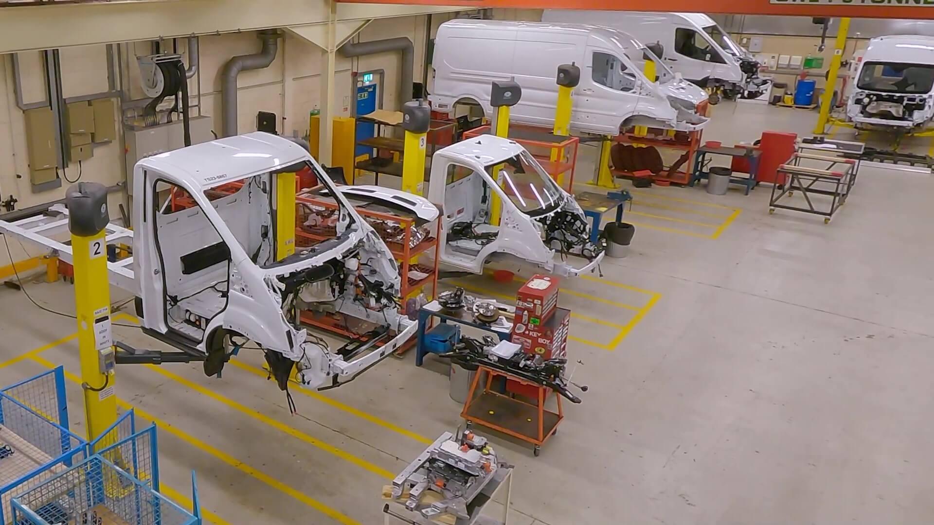 Участвующие в испытании прототипы фургонов собраны в глобальном центре передового опыта в области коммерческих автомобилей Ford в Дантоне, Великобритания