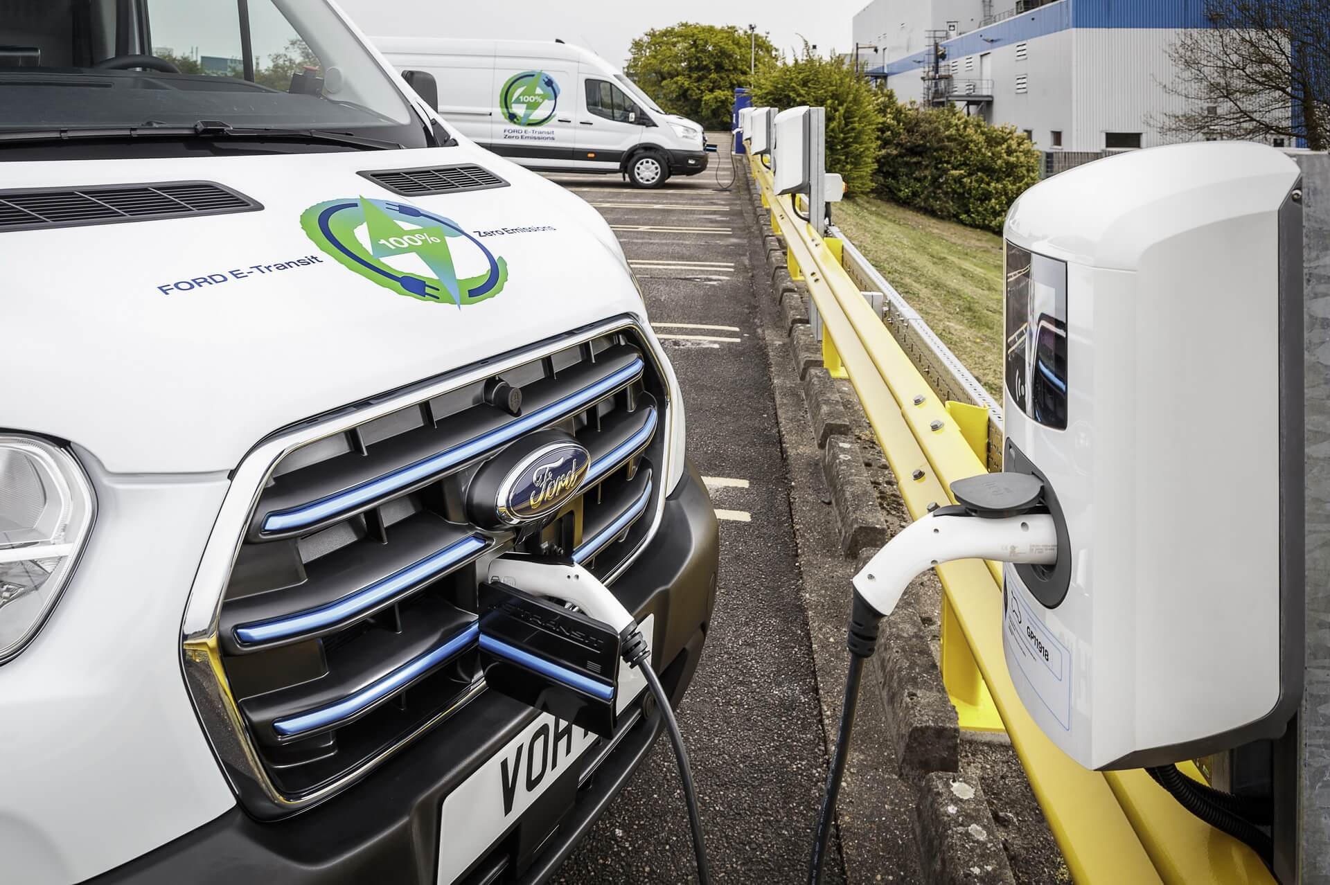Электрический фургон Ford E-Transit на зарядке