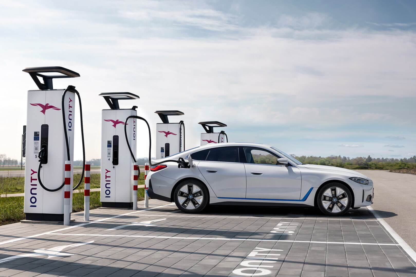 BMW i4 eDrive40 на высокоскоростной зарядной станции IONITY