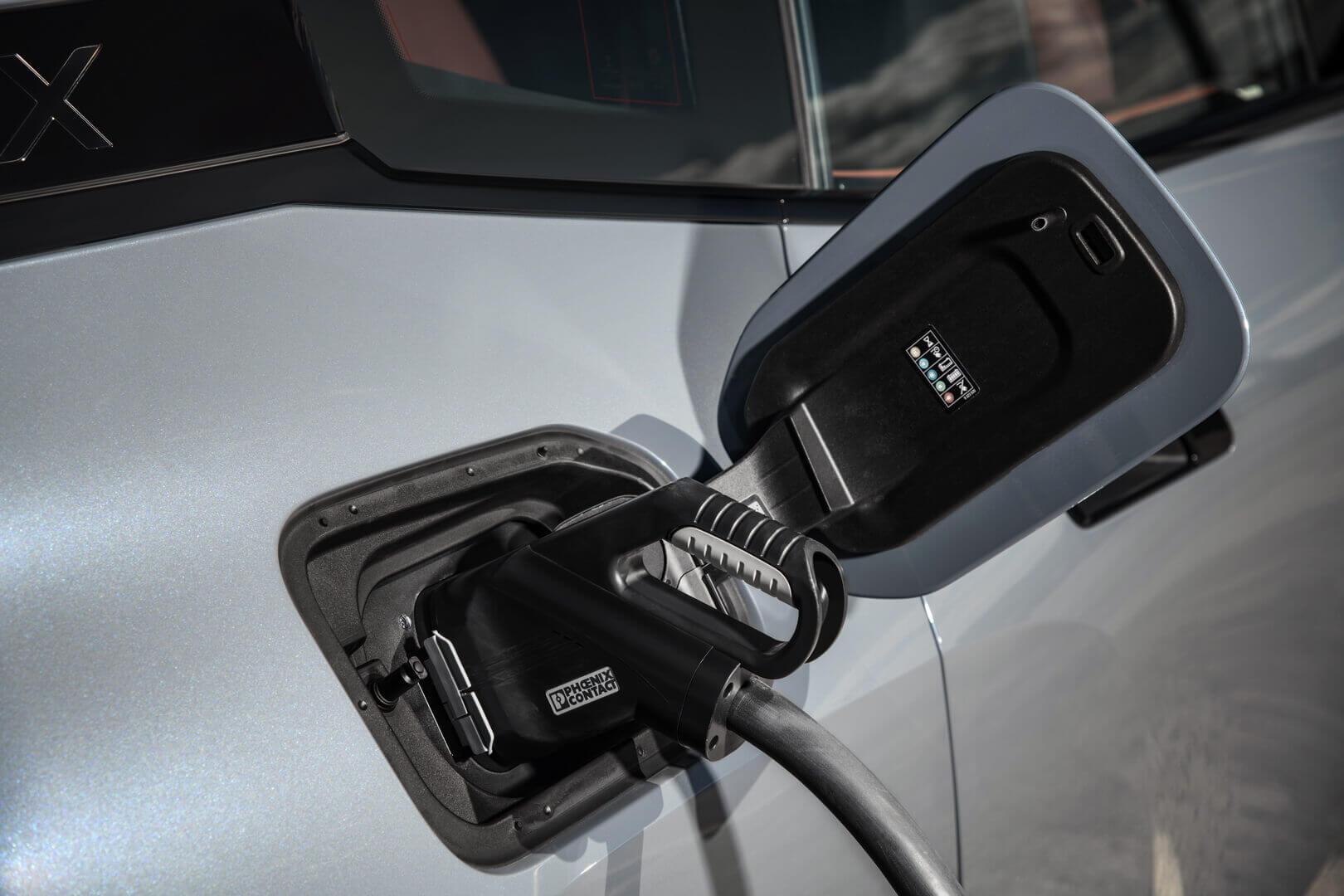 Зарядный порт электрического BMW iX