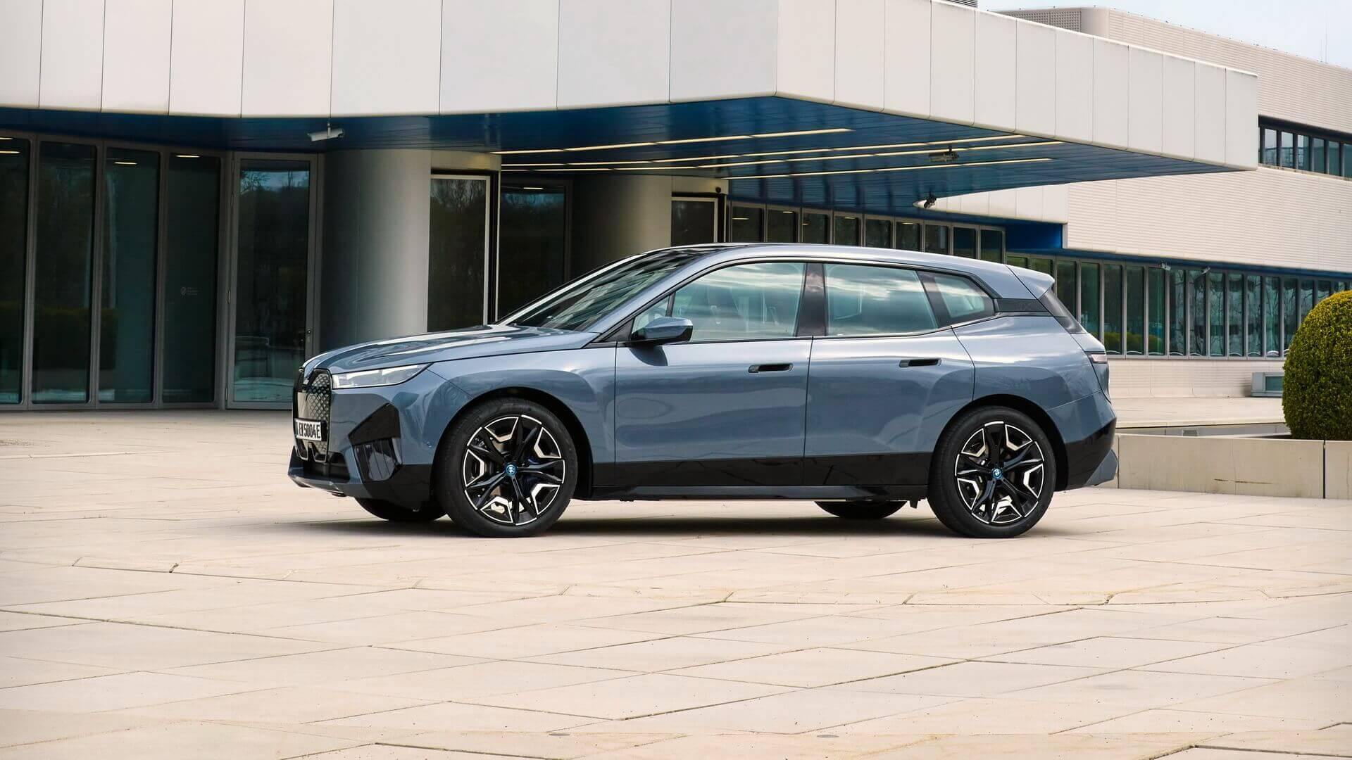 Первоначально BMW iX будет доступен в двух версиях: xDrive40 и xDrive50