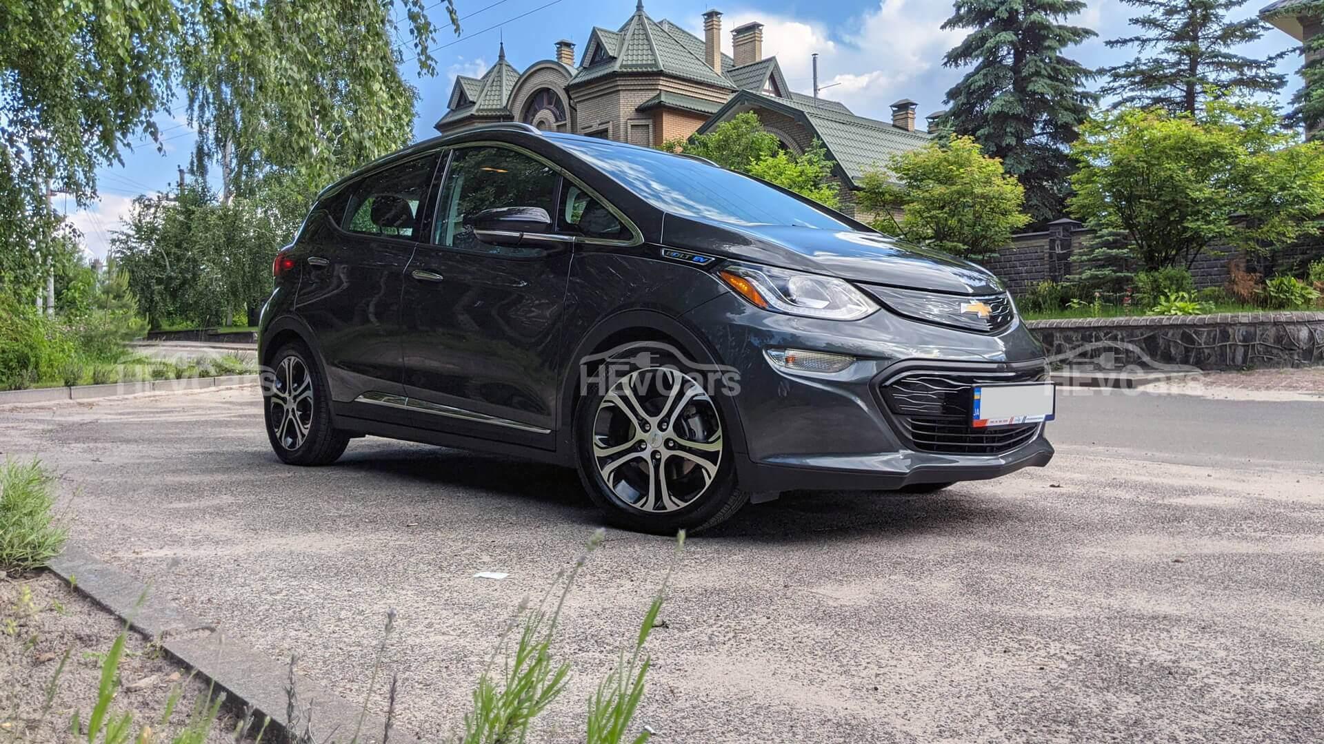 Chevrolet Bolt EV2020года получил увеличенный запас хода наодном заряде батареи емкостью 66кВт⋅ч на34км (согласно EPA 417км)