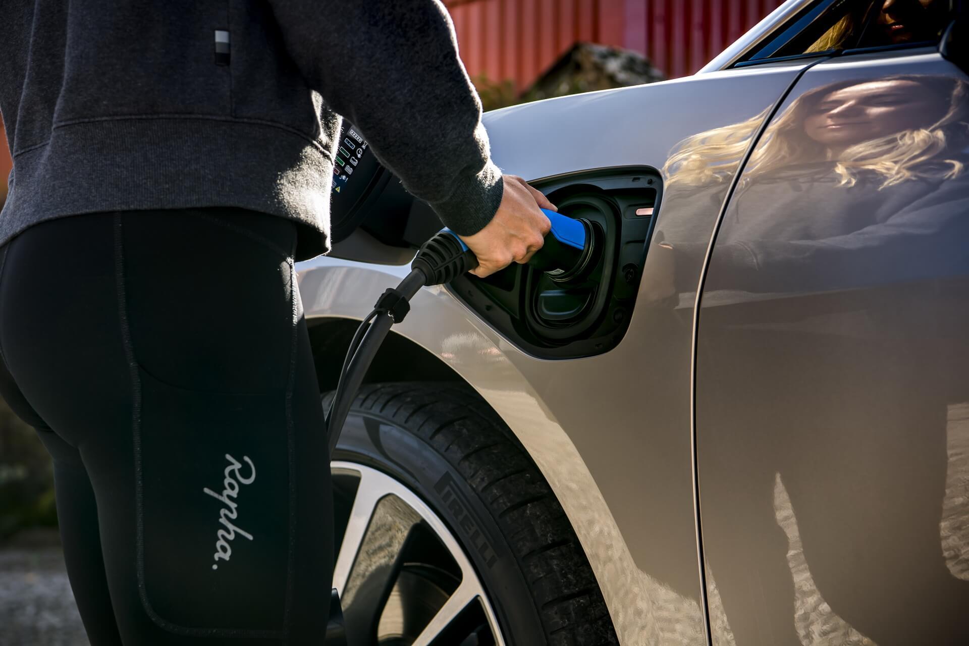 Зарядка электрического кроссовера Jaguar I-PACE