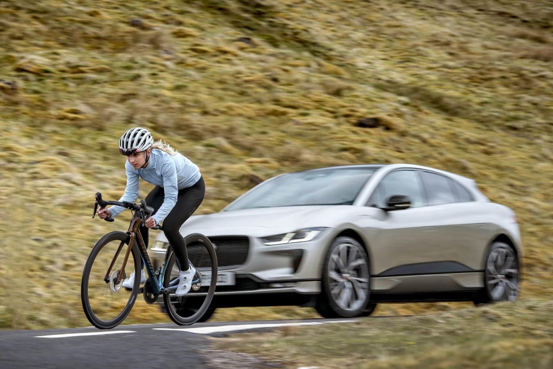 За рулем отмеченного наградами электромобиля Jaguar находилась Елинор Баркер — олимпийская чемпионка и чемпионка мира по велоспорту из Британии, кавалер Ордена Британской империи (MBE)
