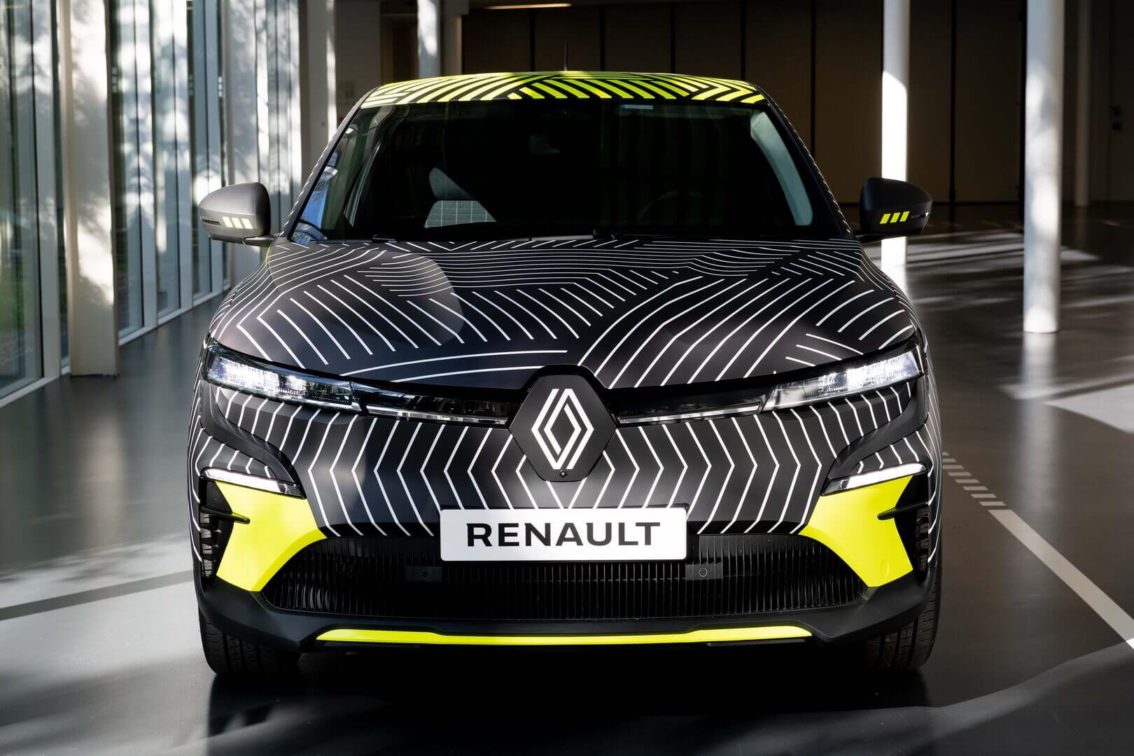 Renault представила предсерийный электромобиль MeganE