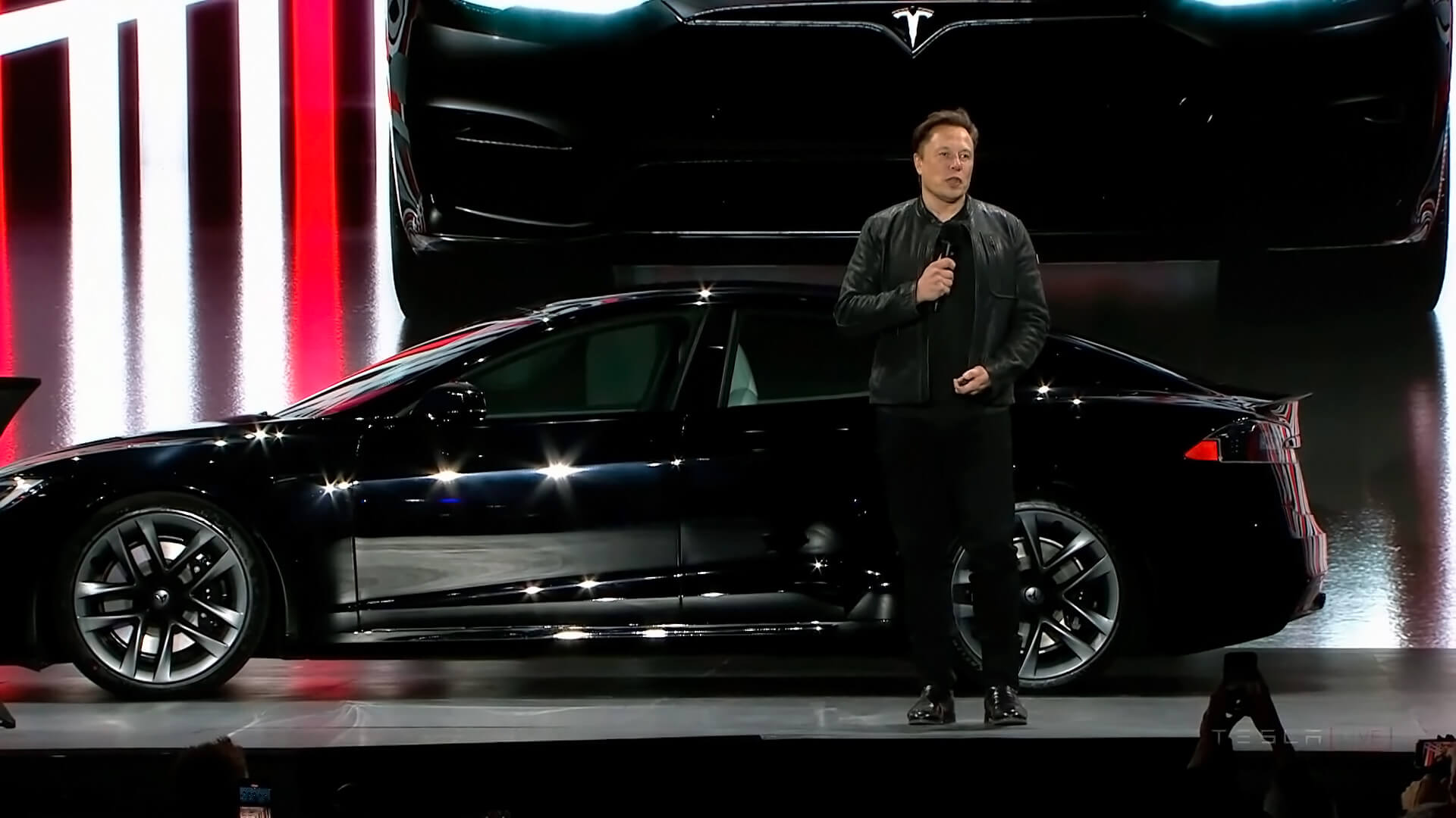 Илон Маск демонстрирует Tesla Model SPlaid