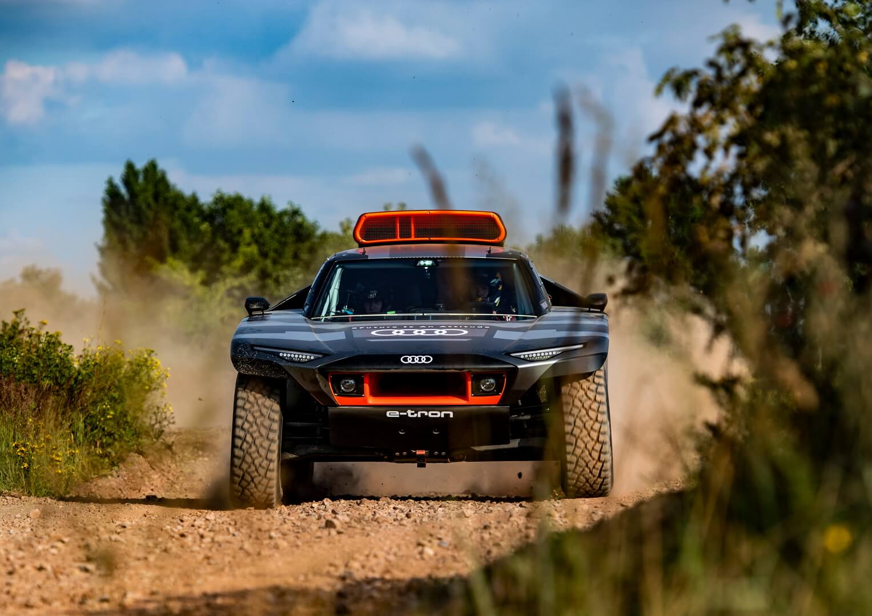 Гибрид Audi RSQe-tron для «Дакара» выехал наиспытания