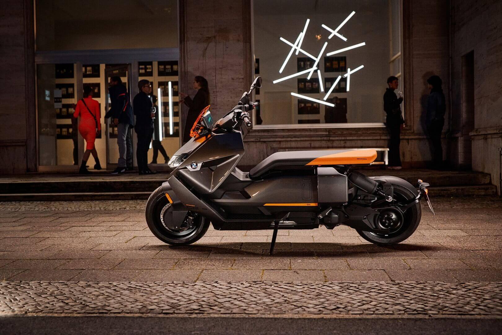 BMW представляет электрический городской скутер CE 04, который разгоняется до 120 км/ч и имеет запас хода около 130 км