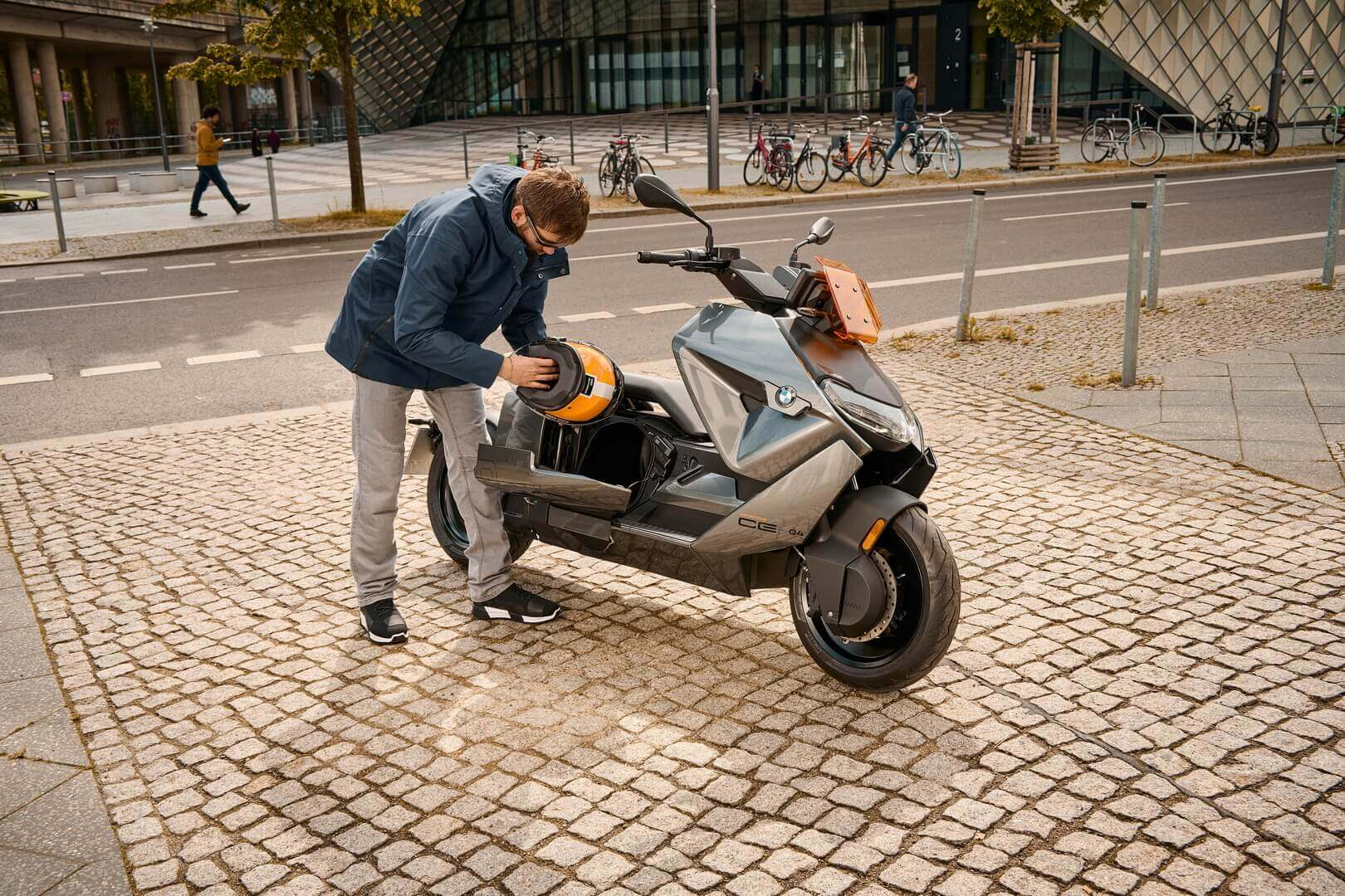 Новый BMW CE 04 – бесшумная революция в городской электрической двухколесной мобильности
