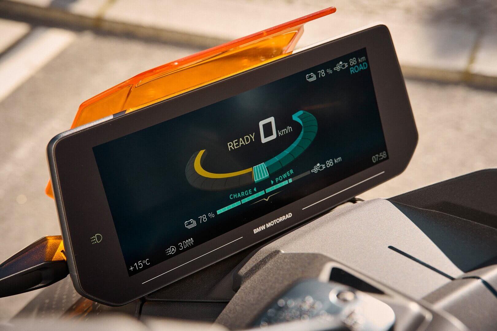 BMW CE04включает всебя цветной TFT-дисплей Full HDразрешением 1920×720 пикселей идиагональю 10,25 дюйма совстроенной навигацией