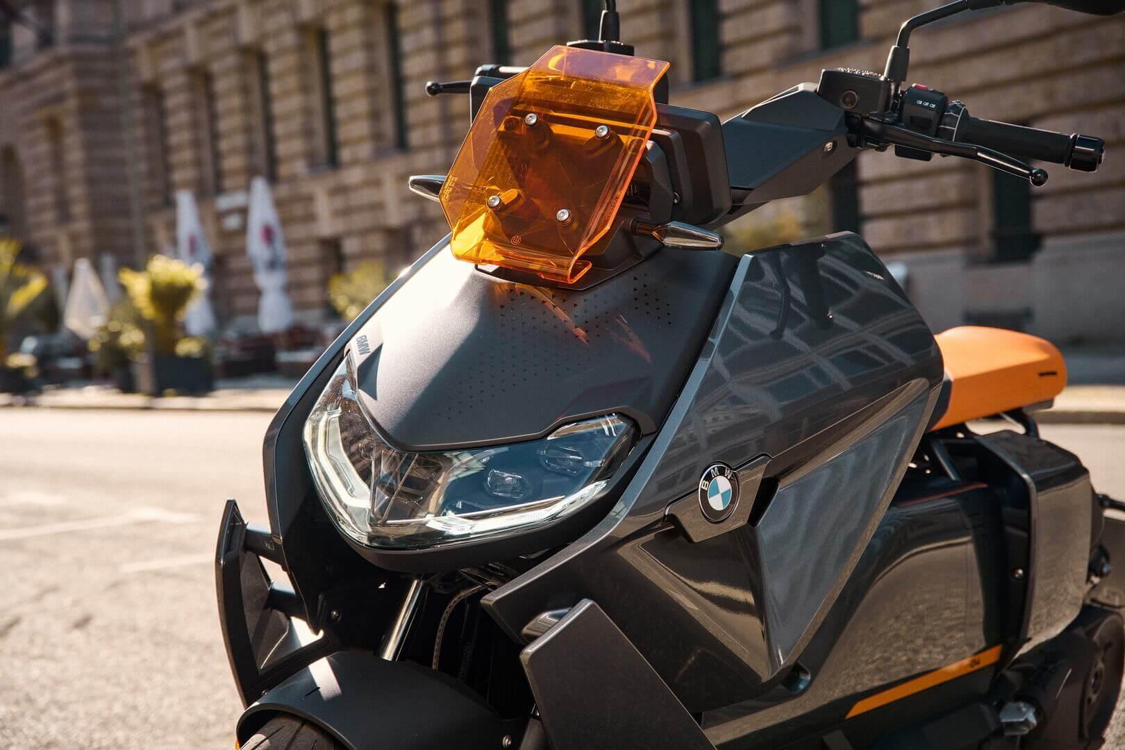 Мощная светодиодная оптика входит в список базового оснащения электроскутера BMW CE 04