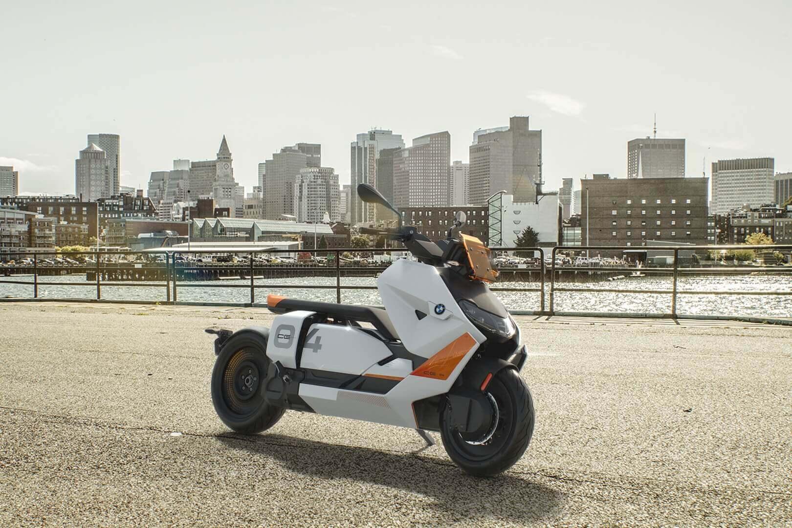 BMW CE04может двигаться задним ходом соскоростью пешего шага
