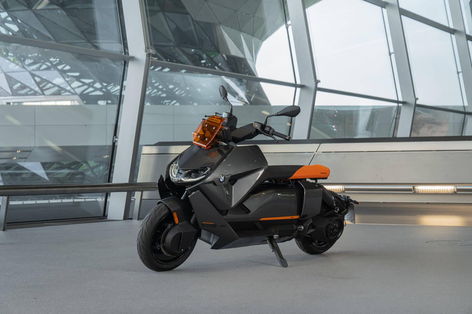 Футуристичные дизайн электрического скутера BMW CE 04