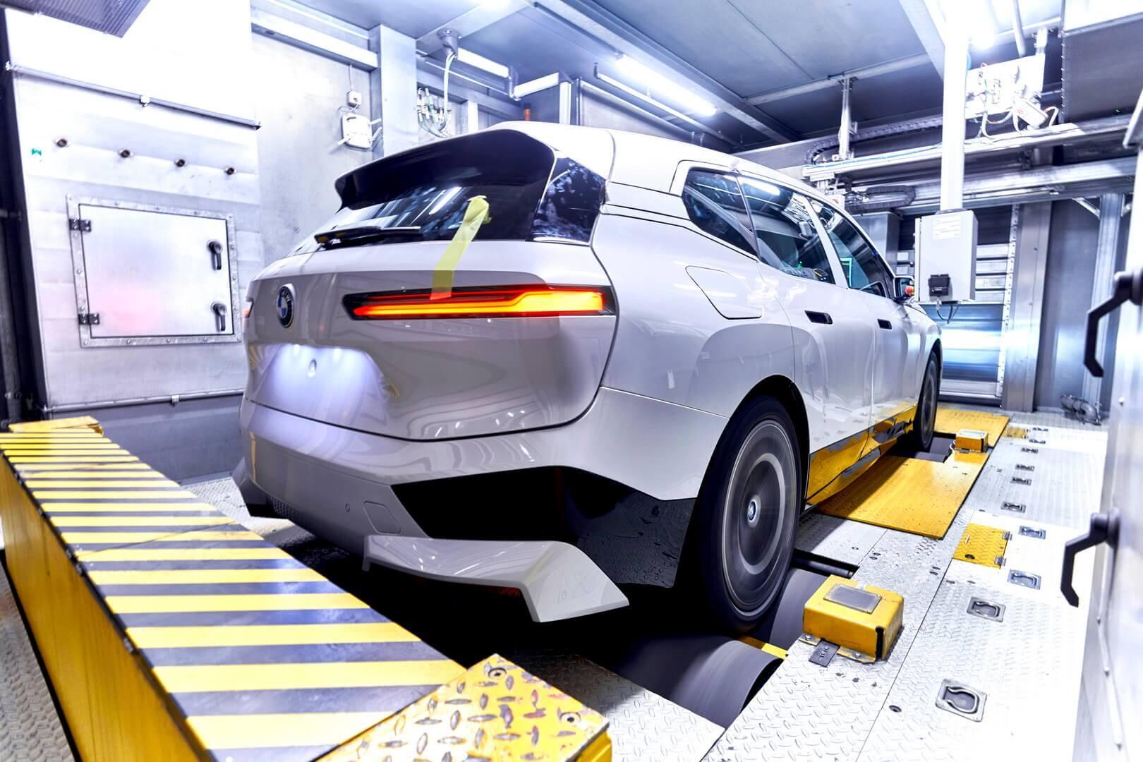 Электрический внедорожник BMW iX на испытательном стенде