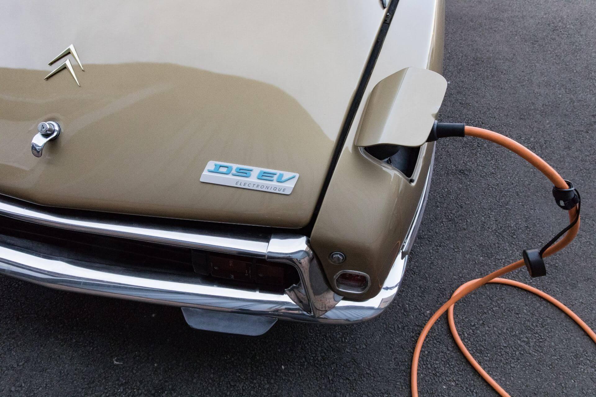 Внешний вид автомобиля практически не изменился: оригинальная крышка топливного бака скрывает порт зарядки