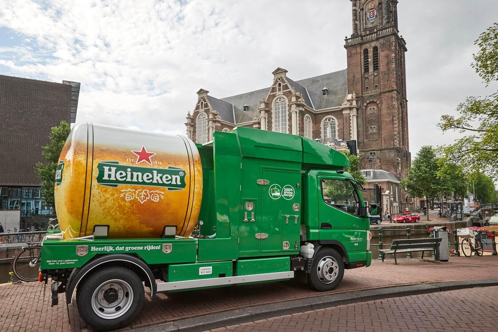 Пивоваренная компания Heineken в Амстердаме поставляет пиво в электрических пивовозах