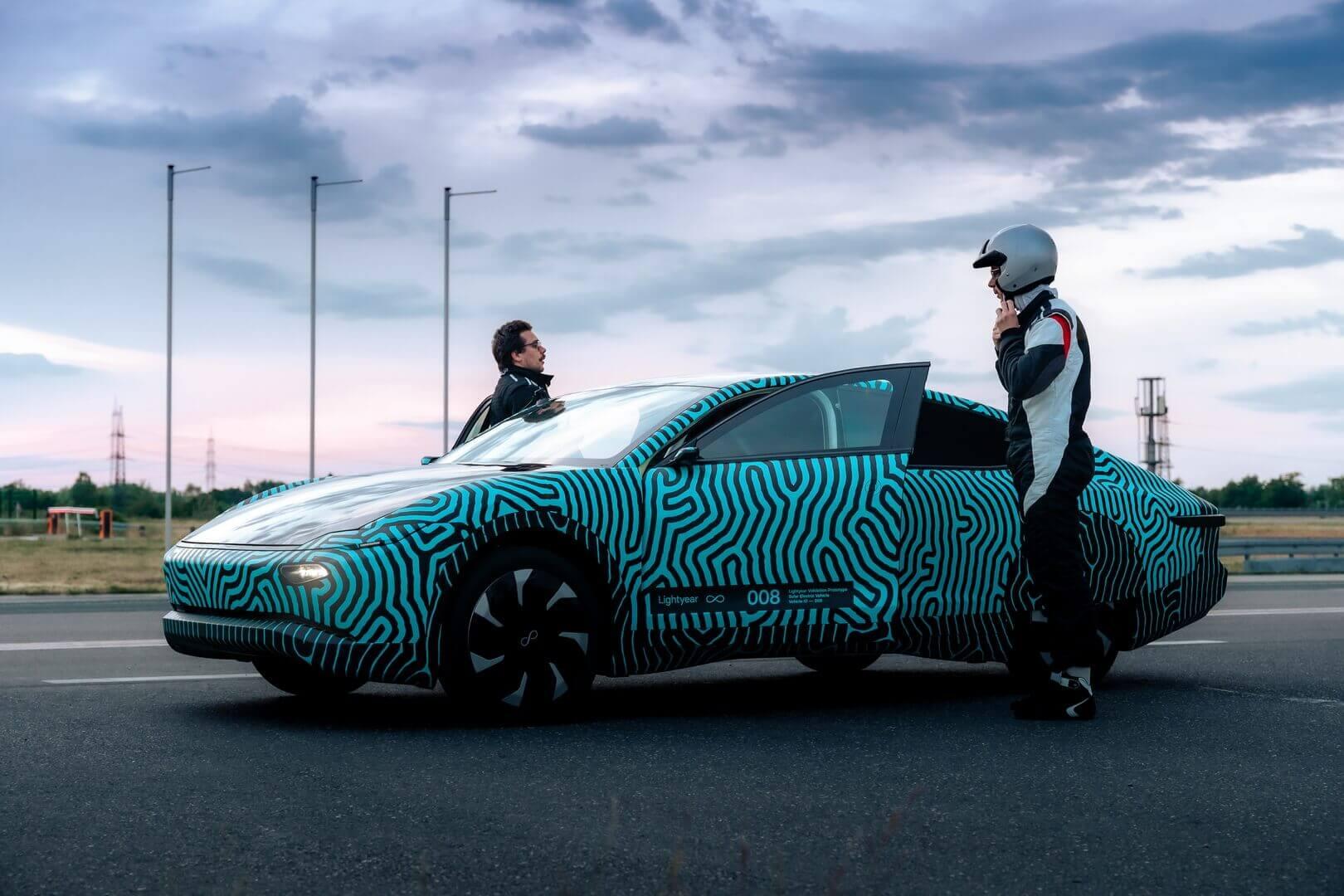 Lightyear One— первый вмире электромобиль насолнечных батареях дальнего действия