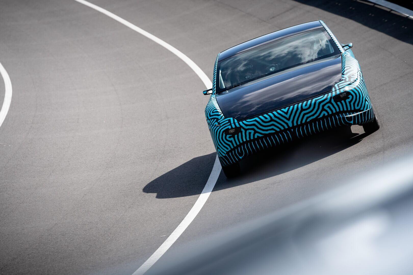 Прототип электромобиля насолнечных батареях Lightyear One проехал 710км наодной зарядке аккумулятора