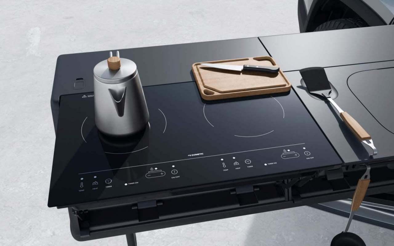 Гениальная модульная походная кухня с плитой и мойкой внутри электрического пипака Rivian R1T