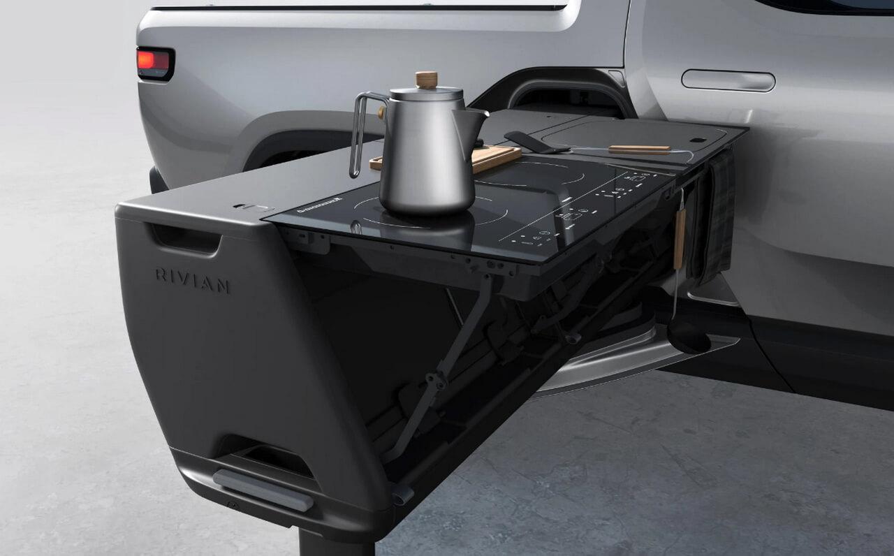Элегантный дизайн кухни Rivian представляет собой откидную индукционную плиту и раковину