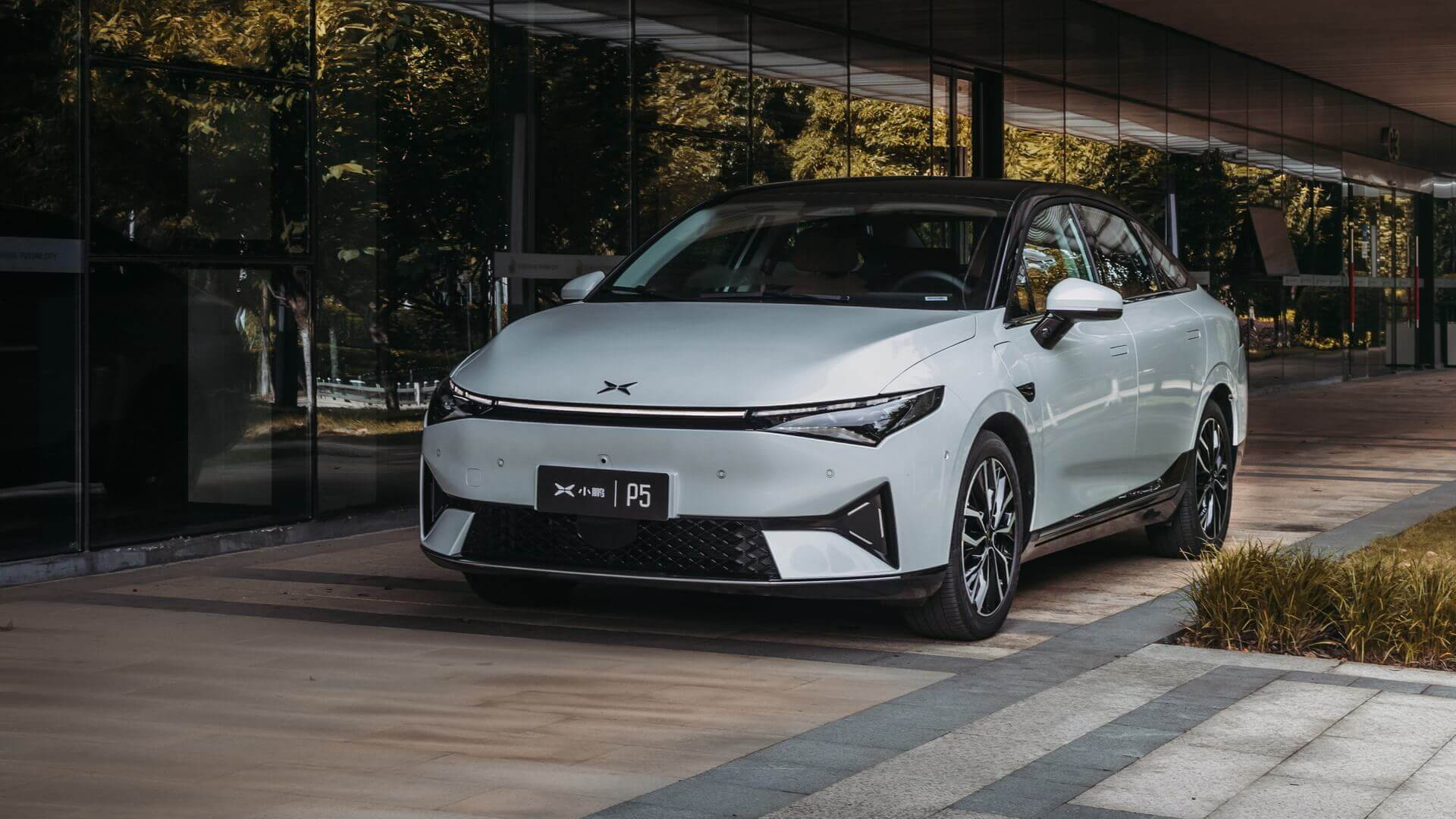 Компания XPeng официально выпустила на китайский рынок свою третью модель P5 и подробно опубликовала технические характеристики и цены