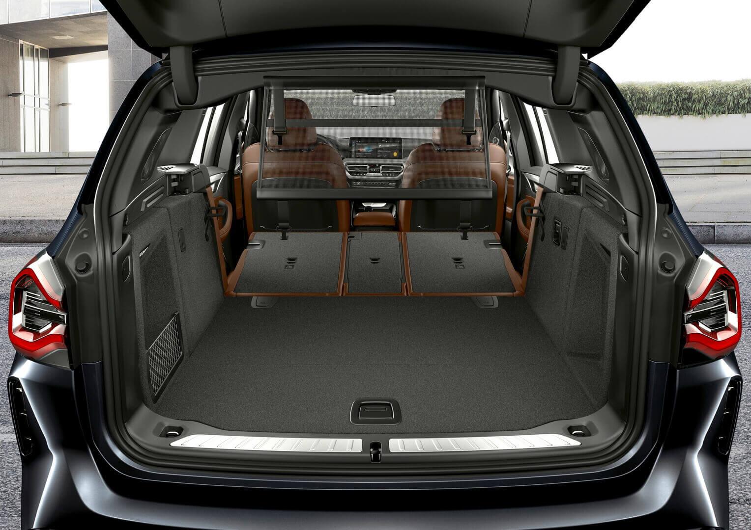 Багажное отделение со сложенным задним рядом сидений BMW iX3