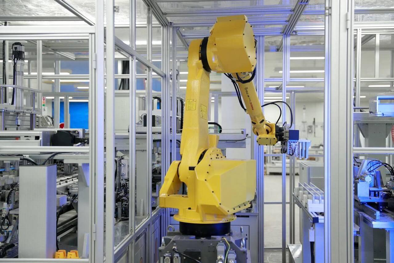 Внедрение сотен роботов составляет основу эффективного и стабильного производства Blade Battery