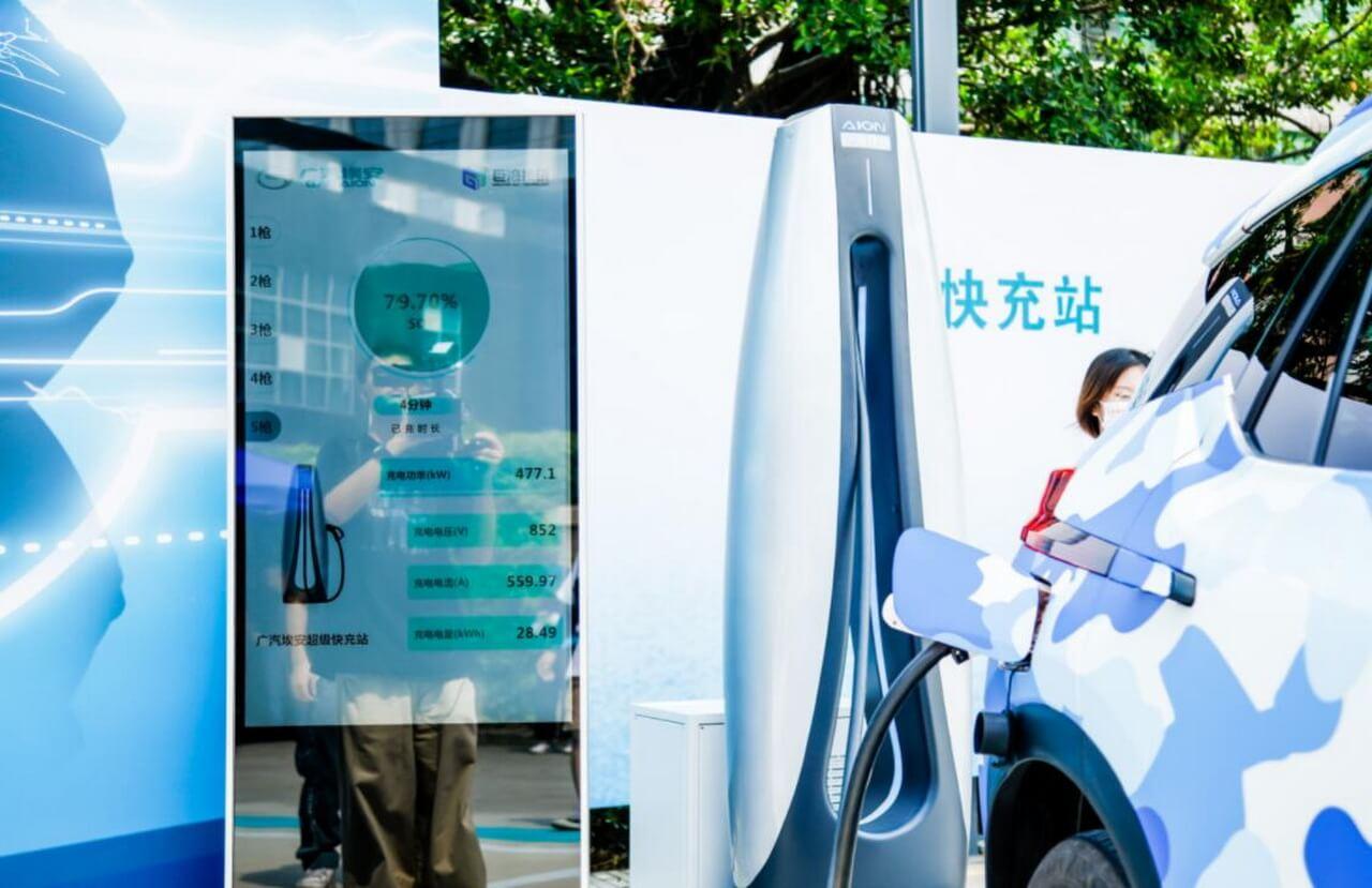 Aion Vс технологией зарядки 6Cможет заряжаться с30до80% всего за4минуты и50секунд спиковой мощностью зарядки 480кВт