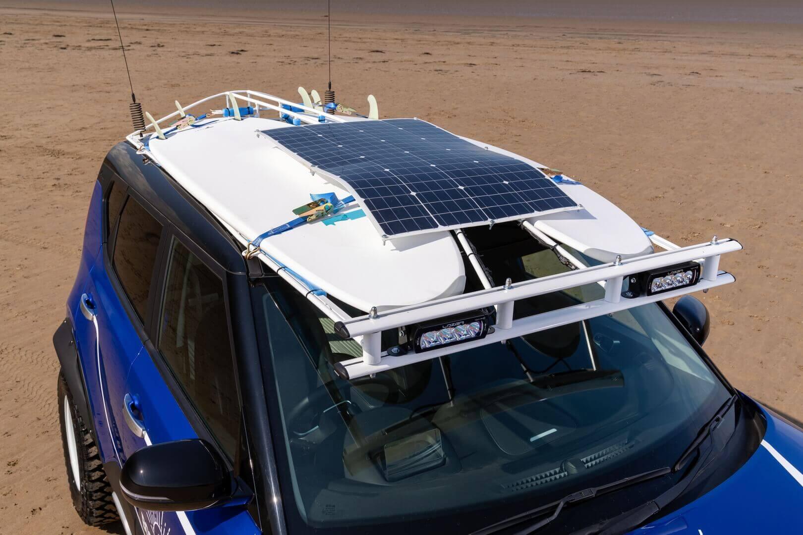 Светодиодный точечный прожектор и солнечная панель на крыше