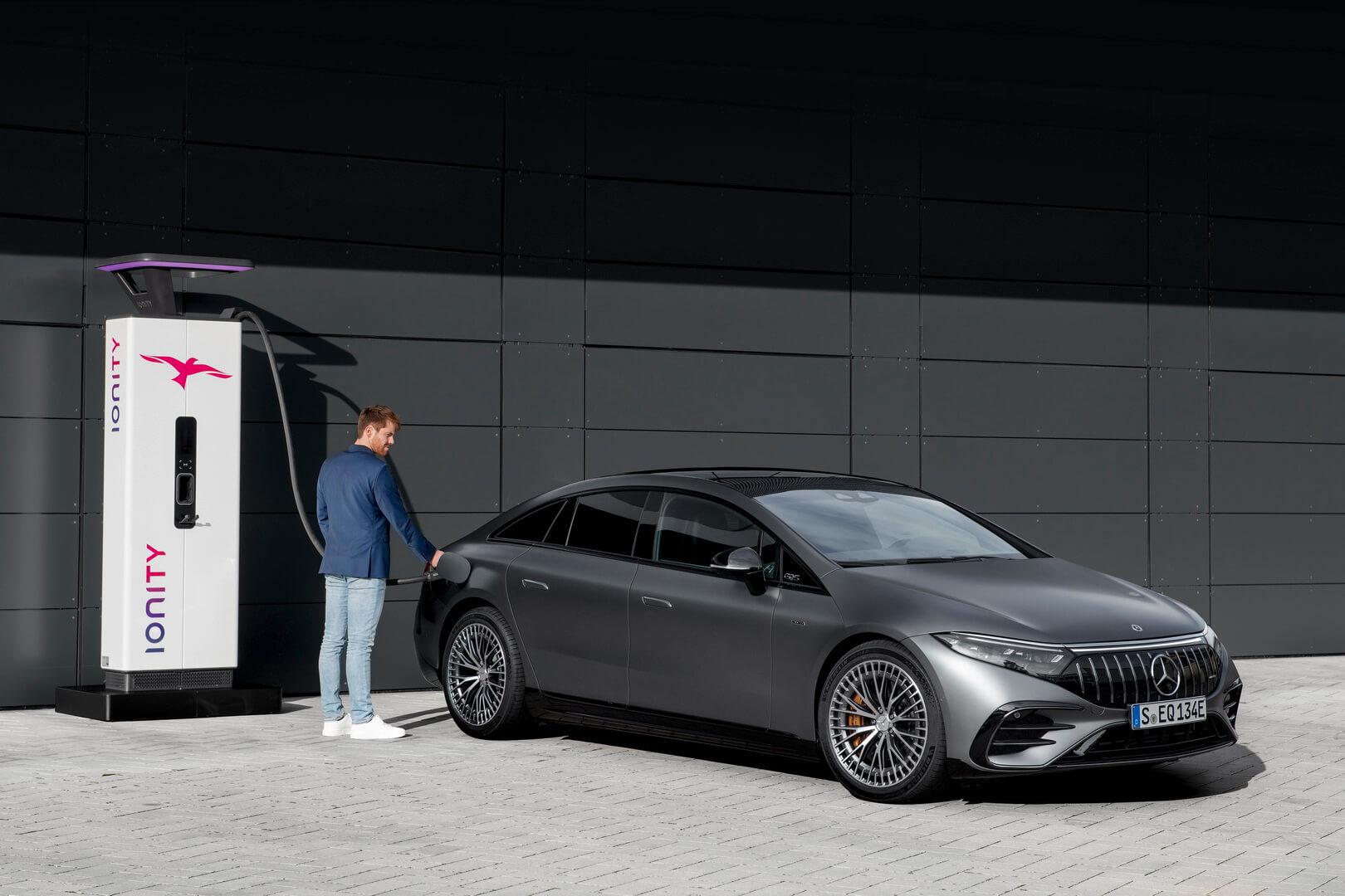 Аккумулятор Mercedes-AMG EQS можно заряжать настанциях быстрой зарядки постоянным током мощностью до200кВт