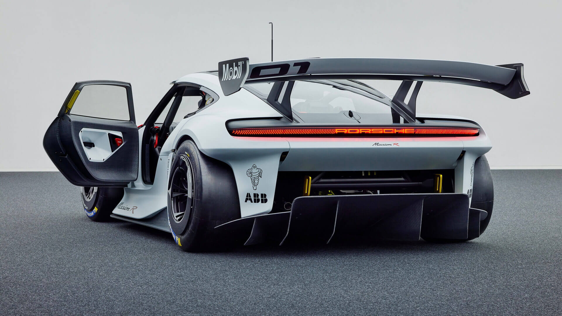 Porsche представляет концепт электрического спорткара Mission R мощностью 1088 л.с.