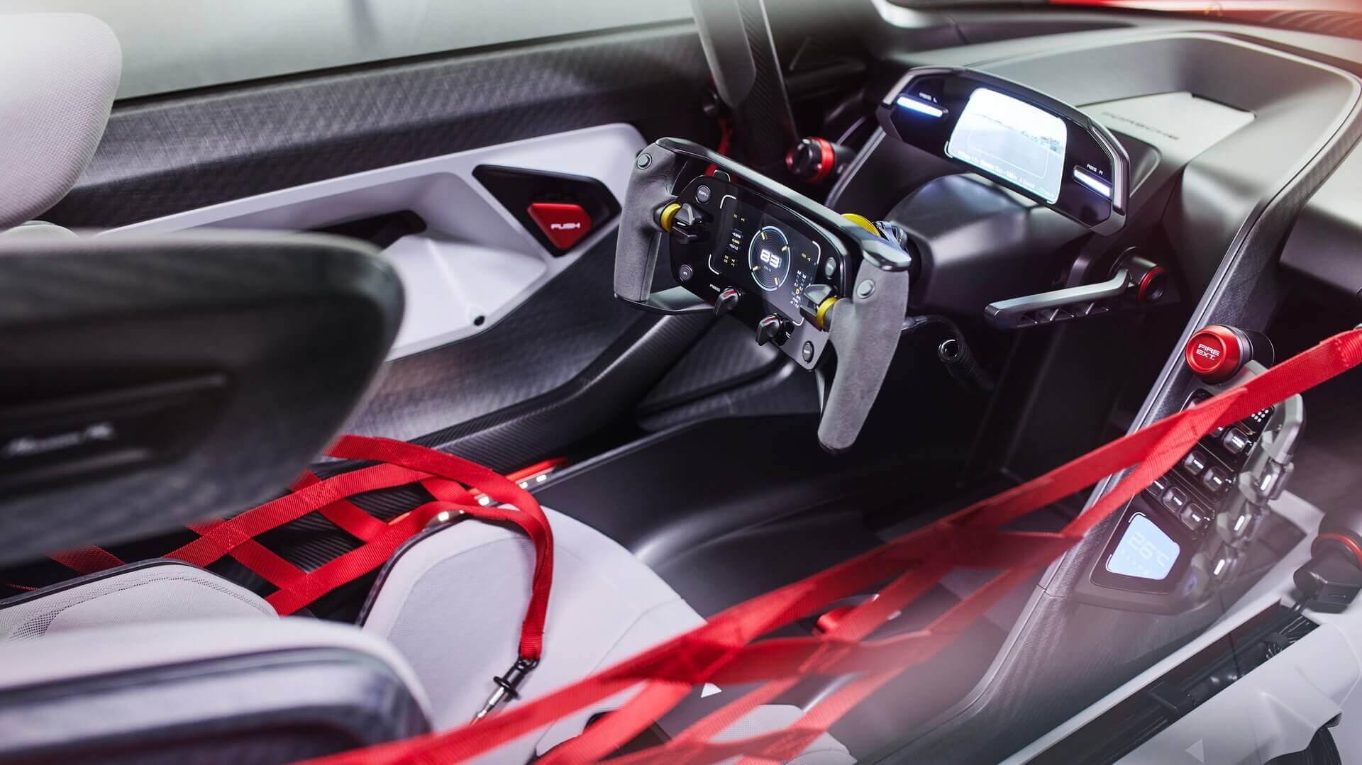 Салон электрического гоночного автомобиля Porsche Mission R